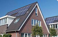 Gebouw met warmtepomp en zonnepanelen